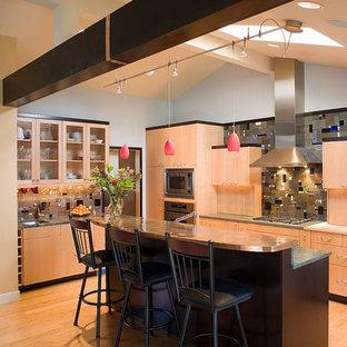 Свежая идея для дизайна: параллельная кухня в современном стиле с плоскими фасадами, фасадами цвета дерева среднего тона, столешницей из меди, разноцветным фартуком и фартуком из плитки мозаики - отличное фото интерьера