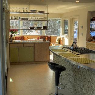Moderne Küche mit offenen Schränken, grünen Schränken und Edelstahl-Arbeitsplatte in Denver