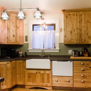 シアトルの小さいカントリー風おしゃれな独立型キッチン (エプロンフロントシンク、シェーカースタイル扉のキャビネット、淡色木目調キャビネット、人工大理石カウンター、緑のキッチンパネル、白い調理設備、淡色無垢フローリング、アイランドなし) の写真