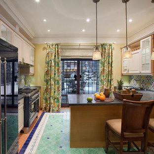 Пример оригинального дизайна: отдельная, угловая кухня среднего размера в стиле фьюжн с фасадами с выступающей филенкой, столешницей из кварцита, разноцветным фартуком, фартуком из керамической плитки, полом из керамической плитки, белыми фасадами и полуостровом