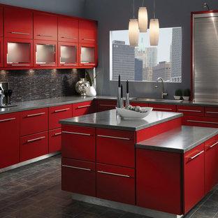 ロサンゼルスの中サイズのコンテンポラリースタイルのおしゃれなキッチン (ドロップインシンク、フラットパネル扉のキャビネット、赤いキャビネット、人工大理石カウンター、黒いキッチンパネル、セラミックタイルのキッチンパネル、シルバーの調理設備の、セラミックタイルの床) の写真