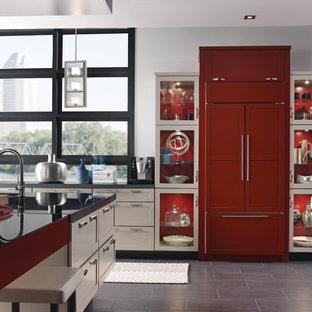 Offene, Mittelgroße Moderne Küche in L-Form mit Schrankfronten im Shaker-Stil, beigen Schränken, Mineralwerkstoff-Arbeitsplatte, Küchengeräten aus Edelstahl, Kücheninsel, Unterbauwaschbecken, Porzellan-Bodenfliesen und braunem Boden in Richmond