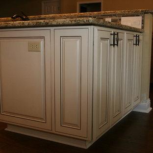 ニューオリンズの中くらいのトラディショナルスタイルのおしゃれなキッチン (ダブルシンク、レイズドパネル扉のキャビネット、白いキャビネット、御影石カウンター、マルチカラーのキッチンパネル、モザイクタイルのキッチンパネル、カラー調理設備) の写真