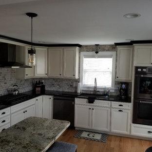 ボストンのおしゃれなキッチン (レイズドパネル扉のキャビネット、白いキャビネット、御影石カウンター、マルチカラーのキッチンパネル、シルバーの調理設備、無垢フローリング、ピンクのキッチンカウンター) の写真