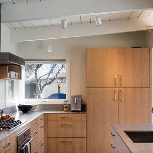 デンバーのミッドセンチュリースタイルのおしゃれなキッチン (シングルシンク、フラットパネル扉のキャビネット、淡色木目調キャビネット、タイルカウンター、グレーのキッチンパネル、無垢フローリング) の写真