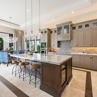 Idéer för ett mellanstort klassiskt kök, med en undermonterad diskho, luckor med infälld panel, bruna skåp, bänkskiva i kvartsit, brunt stänkskydd, stänkskydd i stenkakel, rostfria vitvaror, marmorgolv och en köksö