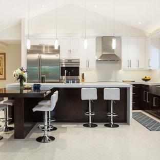 Idéer för att renovera ett stort funkis kök, med en rustik diskho, skåp i shakerstil, skåp i mörkt trä, bänkskiva i kvarts, vitt stänkskydd, rostfria vitvaror, marmorgolv och en köksö