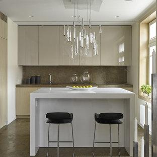 Ispirazione per una piccola cucina parallela contemporanea con ante lisce, ante grigie, paraspruzzi marrone, isola, top in marmo, paraspruzzi in lastra di pietra e pavimento in marmo