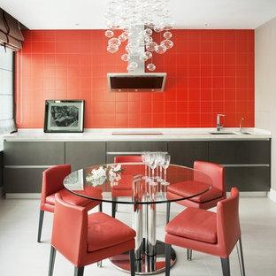 Geschlossene, Einzeilige Moderne Küche ohne Insel mit Unterbauwaschbecken, flächenbündigen Schrankfronten, schwarzen Schränken, Küchenrückwand in Rot, Rückwand aus Keramikfliesen und Küchengeräten aus Edelstahl in Moskau