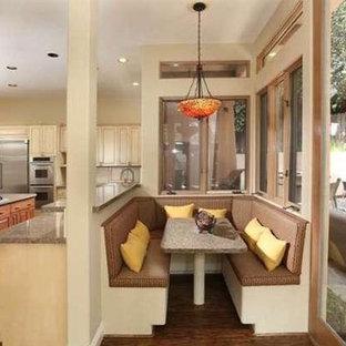 ロサンゼルスの大きいサンタフェスタイルのおしゃれなキッチン (シェーカースタイル扉のキャビネット、御影石カウンター) の写真