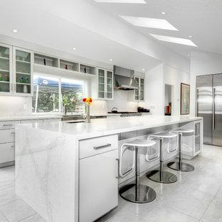 Zweizeilige, Geschlossene, Große Moderne Küche mit Unterbauwaschbecken, Glasfronten, weißen Schränken, Küchenrückwand in Weiß, Küchengeräten aus Edelstahl, Kücheninsel, Marmor-Arbeitsplatte, Rückwand aus Stein, Marmorboden und weißem Boden in San Diego