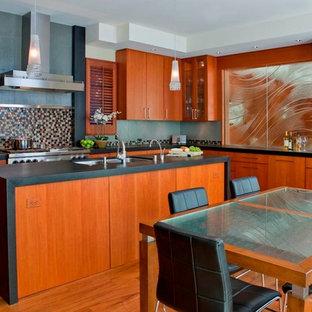 Foto di una cucina minimal con lavello a doppia vasca, ante lisce, ante in legno scuro, paraspruzzi multicolore, top in granito, paraspruzzi con piastrelle di vetro, pavimento in legno massello medio e isola