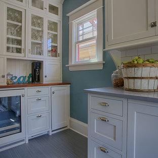 Foto på ett mellanstort vintage kök, med en rustik diskho, skåp i shakerstil, vita skåp, bänkskiva i kvartsit, vitt stänkskydd, stänkskydd i keramik, rostfria vitvaror och linoleumgolv
