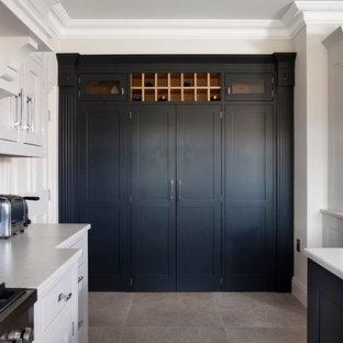 ベルファストの広いモダンスタイルのおしゃれなキッチン (アンダーカウンターシンク、インセット扉のキャビネット、グレーのキャビネット、珪岩カウンター、グレーのキッチンパネル、石スラブのキッチンパネル、シルバーの調理設備、セラミックタイルの床) の写真