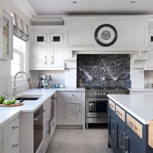 ベルファストの大きいモダンスタイルのおしゃれなキッチン (アンダーカウンターシンク、インセット扉のキャビネット、グレーのキャビネット、珪岩カウンター、グレーのキッチンパネル、石スラブのキッチンパネル、シルバーの調理設備の、セラミックタイルの床) の写真