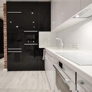 Diseño de cocina en L, actual, abierta, con armarios con paneles lisos, puertas de armario blancas, salpicadero blanco, fregadero de un seno, suelo de madera clara y suelo blanco
