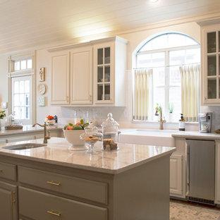 Inspiration för mellanstora klassiska kök, med en rustik diskho, luckor med upphöjd panel, vita skåp, marmorbänkskiva, vitt stänkskydd, stänkskydd i porslinskakel, rostfria vitvaror, en köksö och tegelgolv