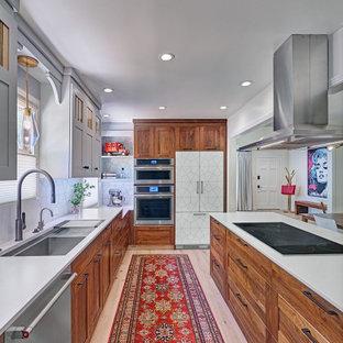 Inspiration för ett mellanstort eklektiskt vit vitt kök, med en undermonterad diskho, skåp i shakerstil, skåp i mellenmörkt trä, bänkskiva i kvarts, vitt stänkskydd, stänkskydd i porslinskakel, rostfria vitvaror, ljust trägolv, en halv köksö och flerfärgat golv