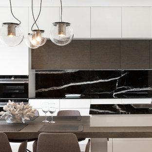 Ispirazione per una cucina contemporanea con ante lisce, ante bianche, paraspruzzi nero, paraspruzzi in marmo, elettrodomestici neri e isola