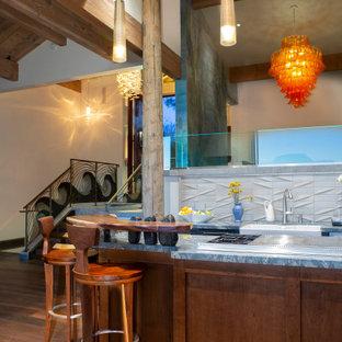 Идея дизайна: параллельная кухня-гостиная среднего размера в стиле фьюжн с раковиной в стиле кантри, фасадами с декоративным кантом, коричневыми фасадами, столешницей из кварцита, серым фартуком, фартуком из керамической плитки, техникой из нержавеющей стали, паркетным полом среднего тона, островом, коричневым полом и синей столешницей