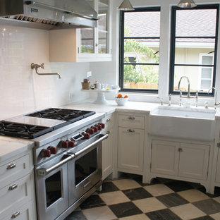Esempio di una cucina stile marinaro con lavello stile country, ante in stile shaker, ante bianche, paraspruzzi con piastrelle diamantate, paraspruzzi bianco, elettrodomestici in acciaio inossidabile e pavimento multicolore