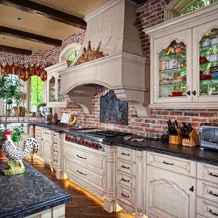 Idee per una cucina con lavello stile country, ante a filo, ante beige e elettrodomestici in acciaio inossidabile