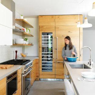 Aménagement d'une cuisine contemporaine en L avec un évier encastré, un placard à porte plane, des portes de placard en bois brun, une crédence blanche, un électroménager en acier inoxydable, un îlot central, un sol turquoise et un plan de travail blanc.