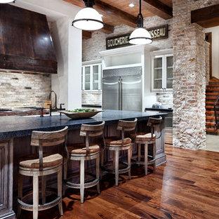ヒューストンのトラディショナルスタイルのおしゃれなキッチン (シルバーの調理設備、青いキッチンカウンター) の写真