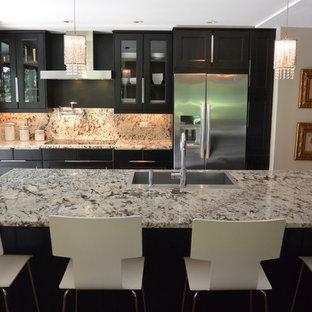 シカゴの小さいモダンスタイルのおしゃれなキッチン (シングルシンク、落し込みパネル扉のキャビネット、濃色木目調キャビネット、御影石カウンター、マルチカラーのキッチンパネル、石スラブのキッチンパネル、シルバーの調理設備、無垢フローリング、茶色い床) の写真