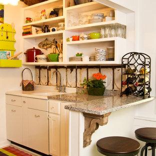 アトランタの小さいシャビーシック調のおしゃれなキッチン (一体型シンク、シェーカースタイル扉のキャビネット、白いキャビネット、御影石カウンター、白いキッチンパネル、メタルタイルのキッチンパネル、シルバーの調理設備の、塗装フローリング) の写真