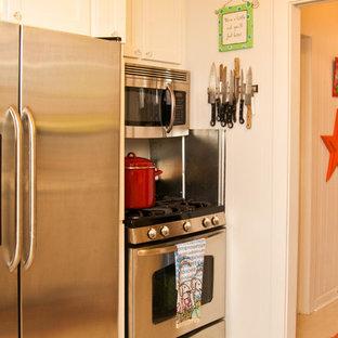 Immagine di una piccola cucina parallela stile shabby chiusa con lavello integrato, ante in stile shaker, ante bianche, top in granito, paraspruzzi bianco, paraspruzzi con piastrelle di metallo, elettrodomestici in acciaio inossidabile e pavimento in legno verniciato