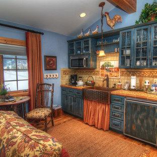 Bild på ett litet rustikt linjärt kök och matrum, med en rustik diskho, luckor med upphöjd panel, skåp i slitet trä, kaklad bänkskiva, flerfärgad stänkskydd, stänkskydd i stenkakel, färgglada vitvaror och mellanmörkt trägolv