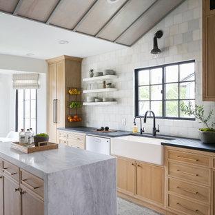 Maritime Wohnküche mit Landhausspüle, hellen Holzschränken, Marmor-Arbeitsplatte, Küchengeräten aus Edelstahl, Keramikboden, grauem Boden, Rückwand aus Marmor und Kücheninsel in Orange County