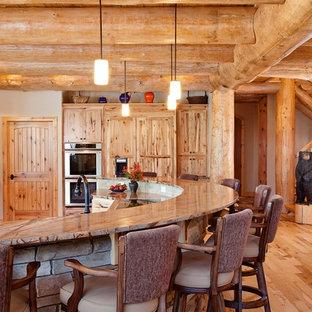 Inredning av ett rustikt kök, med skåp i shakerstil, skåp i mellenmörkt trä, rostfria vitvaror och mellanmörkt trägolv