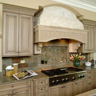 Удачное сочетание для дизайна помещения: кухня в классическом стиле с фасадами с выступающей филенкой, фасадами цвета дерева среднего тона, разноцветным фартуком и фартуком из сланца - самое интересное для вас