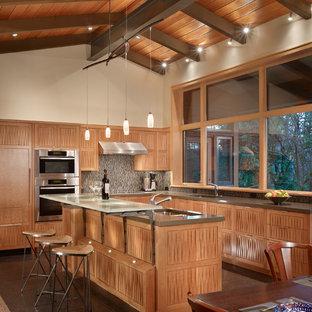 Immagine di una cucina moderna di medie dimensioni con paraspruzzi con piastrelle a mosaico, top in vetro, ante in legno scuro e elettrodomestici da incasso