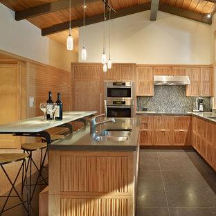 Mittelgroße Retro Wohnküche in L-Form mit Elektrogeräten mit Frontblende, Doppelwaschbecken, hellbraunen Holzschränken, Quarzwerkstein-Arbeitsplatte und Kücheninsel in Seattle