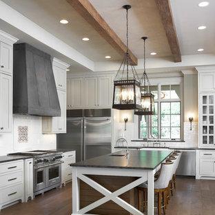 他の地域の広いトラディショナルスタイルのおしゃれなキッチン (シェーカースタイル扉のキャビネット、白いキャビネット、御影石カウンター、白いキッチンパネル、サブウェイタイルのキッチンパネル、シルバーの調理設備、無垢フローリング) の写真