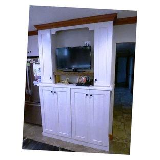 Mittelgroße Klassische Küche in L-Form mit Unterbauwaschbecken, flächenbündigen Schrankfronten, hellen Holzschränken, Speckstein-Arbeitsplatte, Küchengeräten aus Edelstahl, Keramikboden und Kücheninsel in Burlington