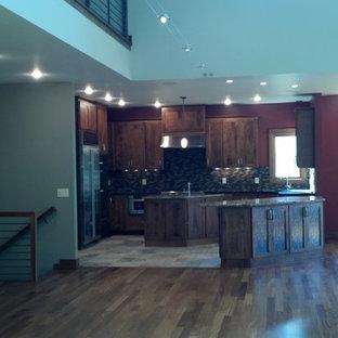 他の地域のトランジショナルスタイルのおしゃれなキッチン (アンダーカウンターシンク、フラットパネル扉のキャビネット、中間色木目調キャビネット、御影石カウンター、シルバーの調理設備) の写真
