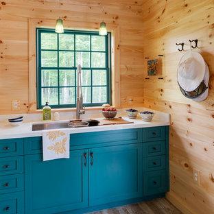 ボストンの広いラスティックスタイルのおしゃれなキッチン (セラミックタイルの床、アンダーカウンターシンク、シェーカースタイル扉のキャビネット、青いキャビネット、ベージュキッチンパネル) の写真