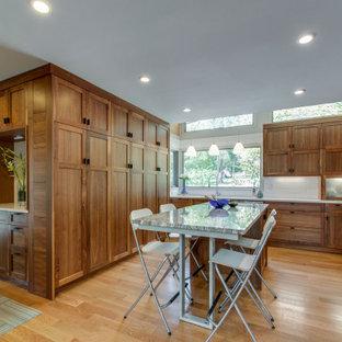 ナッシュビルのトランジショナルスタイルのおしゃれなキッチン (シェーカースタイル扉のキャビネット、中間色木目調キャビネット、白いキッチンパネル、サブウェイタイルのキッチンパネル、白いキッチンカウンター、クオーツストーンカウンター) の写真