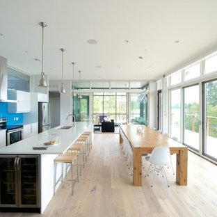Bild på ett funkis kök, med blått stänkskydd och glaspanel som stänkskydd