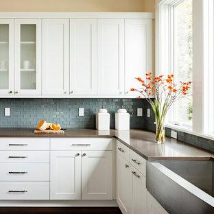 Geschlossene, Zweizeilige, Mittelgroße Klassische Küche mit Landhausspüle, Küchenrückwand in Blau, weißen Schränken, Schrankfronten im Shaker-Stil, Quarzwerkstein-Arbeitsplatte, Kücheninsel, brauner Arbeitsplatte, Rückwand aus Mosaikfliesen, Küchengeräten aus Edelstahl und dunklem Holzboden in Portland