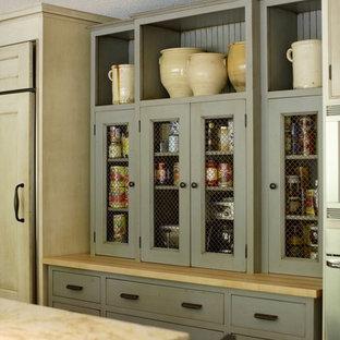 Immagine di una grande cucina con ante grigie, lavello sottopiano, top in quarzo composito, paraspruzzi marrone, paraspruzzi con piastrelle a mosaico, elettrodomestici in acciaio inossidabile e top marrone