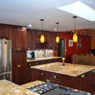 タンパの大きいエクレクティックスタイルのおしゃれなキッチン (アンダーカウンターシンク、レイズドパネル扉のキャビネット、濃色木目調キャビネット、御影石カウンター、マルチカラーのキッチンパネル、セラミックタイルのキッチンパネル、シルバーの調理設備の、テラコッタタイルの床) の写真