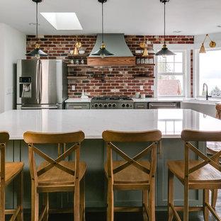 Esempio di una piccola cucina country con lavello stile country, ante in stile shaker, ante grigie, top in quarzite, paraspruzzi rosso, paraspruzzi in mattoni, elettrodomestici in acciaio inossidabile, parquet scuro, isola, pavimento marrone e top bianco