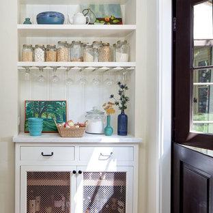 Imagen de cocina lineal, mediterránea, grande, con armarios con rebordes decorativos, puertas de armario blancas, encimera de mármol, salpicadero blanco, salpicadero de madera, suelo de baldosas de terracota, despensa y suelo naranja