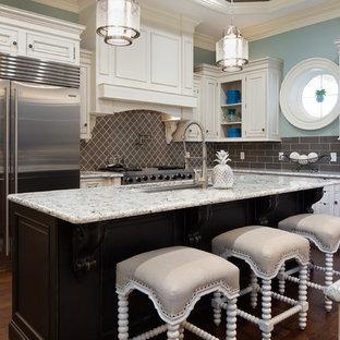 オーランドの巨大なシャビーシック調のおしゃれなキッチン (アンダーカウンターシンク、落し込みパネル扉のキャビネット、濃色木目調キャビネット、クオーツストーンカウンター、グレーのキッチンパネル、無垢フローリング、茶色い床、マルチカラーのキッチンカウンター) の写真