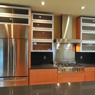 Inspiration för stora moderna kök, med en halv köksö, en rustik diskho, släta luckor, skåp i mellenmörkt trä, bänkskiva i koppar, svart stänkskydd, stänkskydd i stenkakel, rostfria vitvaror och bambugolv